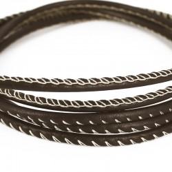 Un cordon de cuir marron cousu